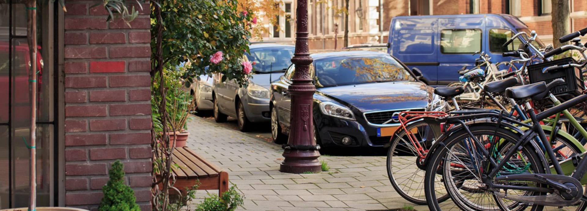Straat met auto en fietsen